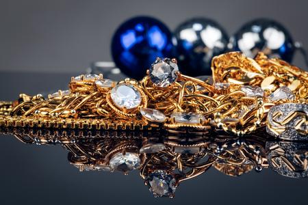 piedras preciosas: joyas, oro, piedras preciosas sobre fondo negro
