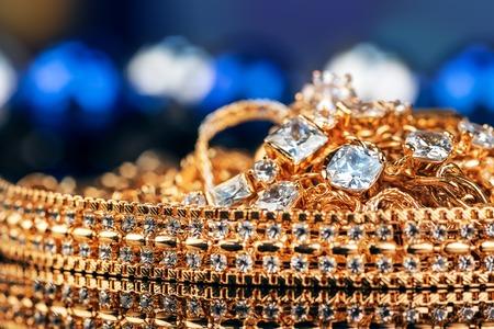 pietre preziose: gioielli, oro, pietre preziose su sfondo nero Archivio Fotografico