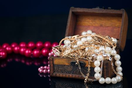 pietre preziose: Ancient casket with jewelry, beads, pearls, gold and precious stones
