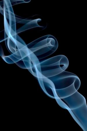 물결: 검은 배경에 추상적 인 푸른 연기