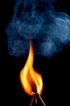 pasion: Dos quema de partido sobre fondo negro Foto de archivo