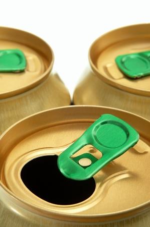 gold cans: tre lattine di vernice d'oro su uno sfondo bianco