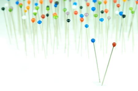 bevoelen: verschillende gekleurde pinnen op een witte achtergrond Stockfoto