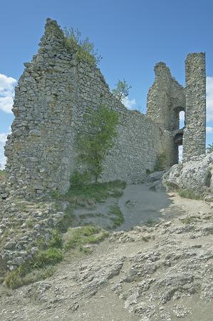 wees: Castle Ruins Orphan kasteel met blauwe hemel Stockfoto