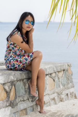 Jeune fille séduisante, assis sur un mur de pierre Banque d'images - 90738589