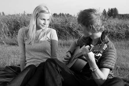 pareja adolescente: Joven pareja adolescente enamorado, el chico de tocar la guitarra