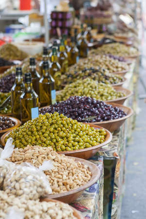 spanish tapas: Tazones de aceitunas en un mercado Foto de archivo
