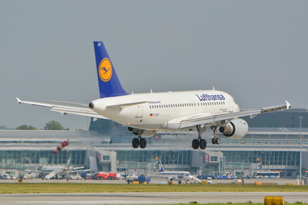 luft: This is a view Lufthansa Airbus A319 plane registered as D-AILR on the Warsaw Chopin Airport. September 16, 2015, Warsaw, Poland.