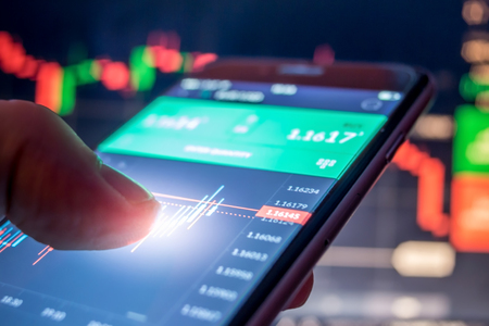 Day trader Forex using mobile phone 版權商用圖片 - 89690956