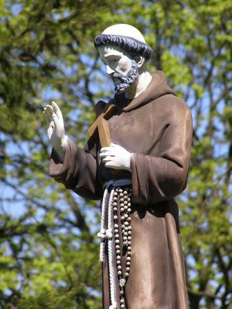 La estatua de San Francisco en el monasterio franciscano en Polonia Kaziemierz Dolny