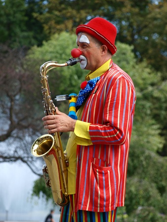 busker: he march-past of the royal suite and jugglers during the annual Jagiellonian Fair (12th-14st August 2011), Lublin, Poland, August 13th 2011.