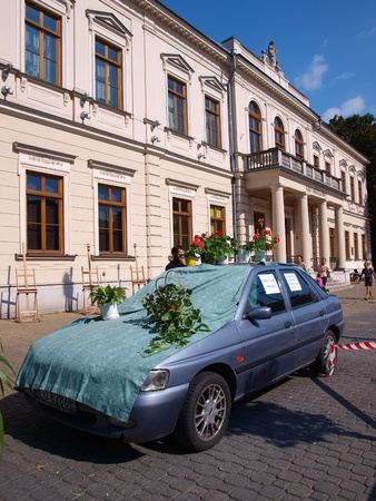 lubelszczyzna: Car with flowerpots illustrating the idea that one car takes up the space where 10 bicycles could park. Park(ing) Day Lublin 2011 within the celebrations of the European Week of Balanced Transport (16th-22nd September 2011), Lublin, Poland, 2011-09-17