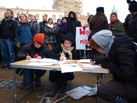 petition: Young Poles protesting against Polish government signing the ACTA (Anti-Counterfeiting Trade Agreement): signing the petition, Lublin, Poland, 26th January 2012.