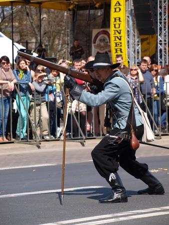 mosquetero: Mosquetero el disparo de un mosquete. Recreaci�n hist�rica de un per�odo del siglo 18, Lublin, Polonia, 21 de abril de 2012.