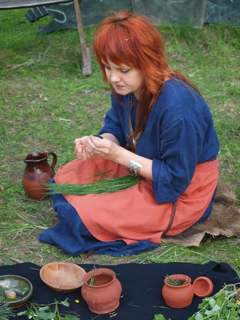 herbolaria: Un herbolario eslava preparaci�n de la medicina de hierbas en el evento de recreaci�n de la hist�rica, Zawieprzyce, Polonia, 06 de mayo 2012.