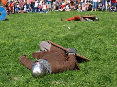 reenact: Los cad�veres sobre la batterfield en el caso de recreaci�n hist�rica, Zawieprzyce, Polonia, 06 de mayo 2012