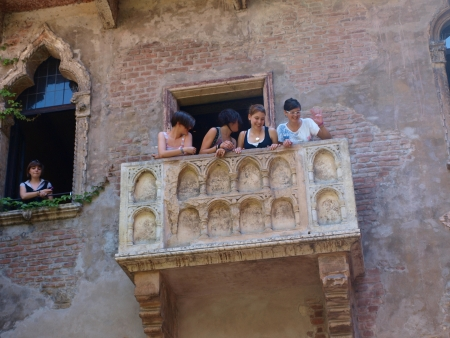 juliets: Tourists on the balcony at Juliets house, Verona, Italy