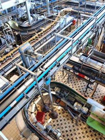 cinta transportadora: Embotellado y envasado de plantas en la f�brica de cerveza Budvar, Ceske Budejovice, Rep�blica Checa Editorial
