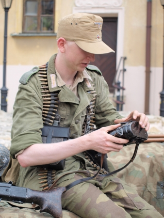 reenact: Un soldado con uniforme alem�n utilizado durante la batalla de Monte Cassino en 1944. Comida campestre del Memorial Hist�rico del II Cuerpo polaco, Lublin, Polonia, 12 de mayo 2013