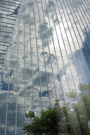 Hochhaus Scheibe mit hallenden Himmel und reflektierten Strahlen