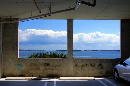 zwei Fenster in einer �ffentlichen Garage mit Meerblick in suny Tag Lizenzfreie Bilder