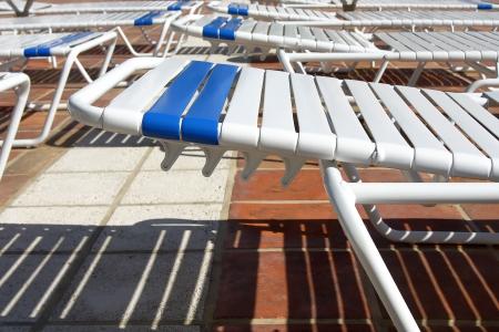 Chaiselongue auf Fliese Besetzung Schadows in einem hei�en Tag Lizenzfreie Bilder