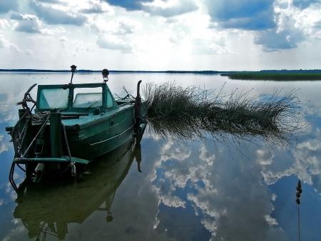 Reflexion in klare, transparente Wasser des Naroch See mit alten Start am Ufer an einem windstillen D�mmerung