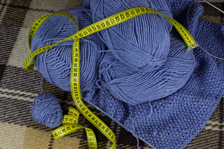 the process of hand knitting