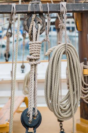 poleas: cuerdas y poleas en un velero Foto de archivo