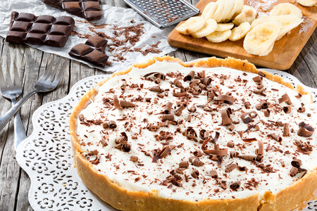 banoffee with banana, decorated by chocolate, authentic english dessert, close-up Foto de archivo