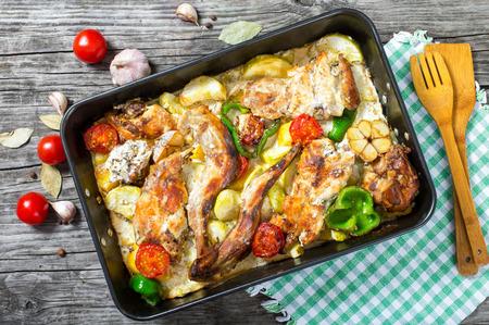 Kaninchen geschmort mit saurer Sahne und Tomaten, Paprika, Knoblauch, Kartoffeln, Ansicht von oben Standard-Bild - 56359325