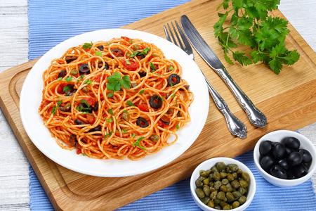 pasta spaghetti con salsa de tomate, alcaparras, anchoa y