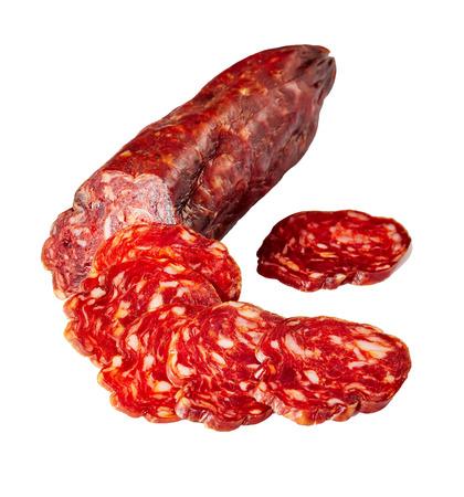 saucisse chorizo coupée en tranches isolées sur fond blanc, gros plan