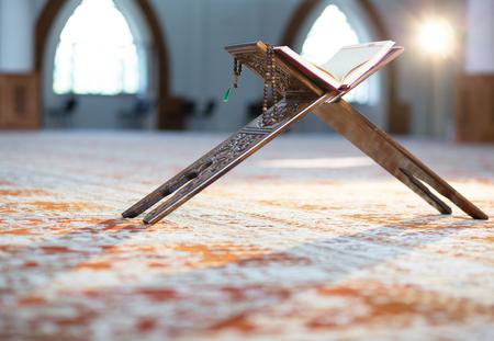 꾸란 - 모스크에서 이슬람교도의 거룩한 책 스톡 콘텐츠
