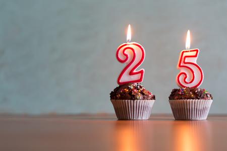 Velas de cumpleaños celebrando 25 cumpleaños Foto de archivo - 63847361