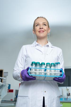 investigando: Portrait of a female researcher doing research in a lab Foto de archivo