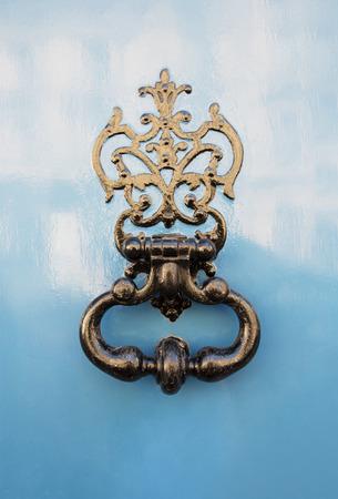 Antieke deurknocker op oude deur met mooie textuur Stockfoto