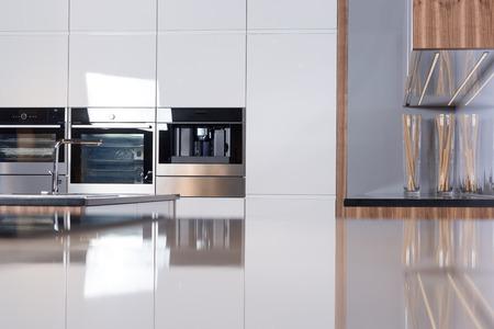 Afbeelding van een lichte ruime keuken in moderne stijl Stockfoto