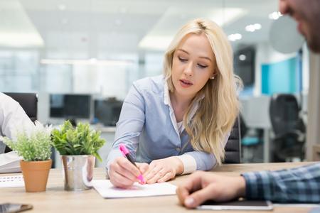 jonge mensen bedrijfsgroep hebben vergadering en werken in moderne heldere kantoor binnen