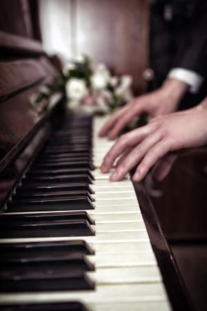 joueur de piano: Main jouer la musique sur le piano, la main et le piano