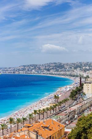 Vue des bâtiments et des plages à côté de la mer bleue dans la ville de Nice, France Banque d'images