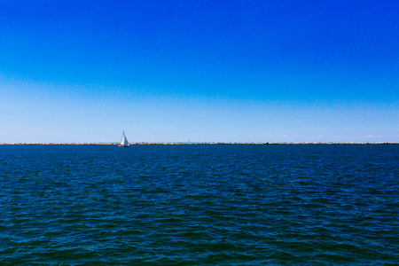 View of sail boat over Lake Erie under blue sky, in Cleveland, USA 版權商用圖片
