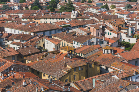 View of rooftops of houses in the historic centre of Lucca, Tuscany, Italy Standard-Bild - 122390290