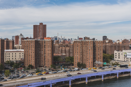 New York City, USA - Oct. 19, 2018: Cars traveling on FDR Drive next to buildings of lower Manhattan Standard-Bild - 122541746