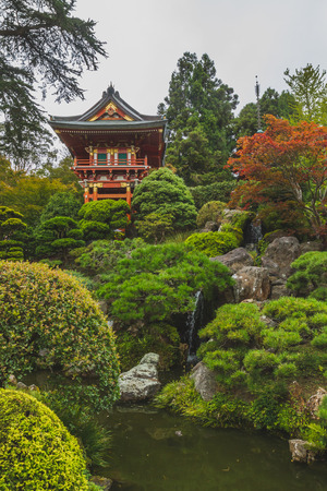 Traditional Japanese pavilion over green trees and pond, in Japnaese Tea Garden in San Francisco, USA Standard-Bild - 123130071