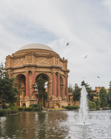 Architecture in Palace of Fine Arts by water, in San Francisco, USA Standard-Bild - 123130072
