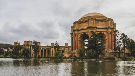 Architecture in Palace of Fine Arts by water, in San Francisco, USA Standard-Bild - 123130082