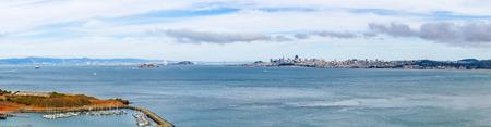 Panorama of skyline of downtown San Francisco and water of San Francisco Bay, in San Francisco, USA Standard-Bild - 123158965