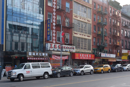 New York City, USA - Feb. 26, 2019: Street with parked cars and buildings with signs in Chinese, in Chinatown Standard-Bild - 123883684