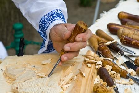 schnitzer: Rum�nisch-Carver Mann, der an Holzskulptur